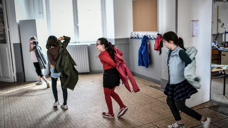 Des enfants de soignantsau sein del'ensemble scolaire Eugène Napoléon (Paris), le 30 avril 2020. (STEPHANE DE SAKUTIN / AFP)