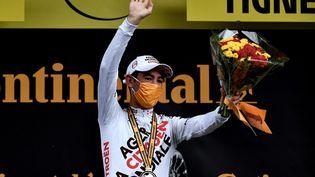 Ben O'Connor sur le podium de la 9e étape à Tignes, le 4 juillet 2021. (PHILIPPE LOPEZ / AFP)