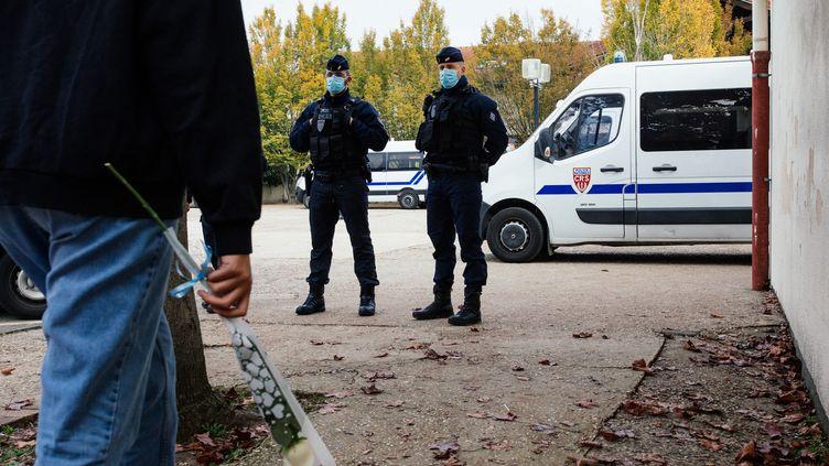 Des policiers à proximité du collège du Bois d'Aulne à Conflans-Sainte-Honorine (Yvelines), le 17 octobre 2020. (MARIE MAGNIN / HANS LUCAS / AFP)