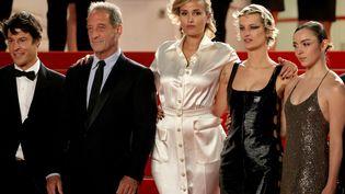 La montée des marches de l'équipe du film Titaneà la 74e édition du Festival de Cannes, le 13 juillet 2021. (VALERY HACHE / AFP)