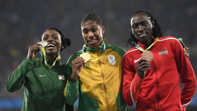 La Burundaise Francine Niyonsaba, médaille d'argent, la Sud-Africaine Caster Semenya, médaille d'or, et la KényaneMargaret Nyairera Wambui, médaille de bronze, sur le podium du 800 m aux Jeux olympiques de Rio le 20 août 2016. (ERIC FEFERBERG / AFP)