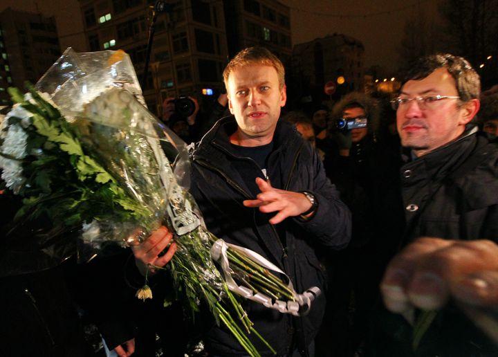 Alexeï Navalny à sa sortie de prison, le 21 décembre 2011 à Moscou. Il remonte trois jours plus tard sur scène, afin de poursuivre le mouvement de contestation contre Vladimir Poutine. (ANDREY STENIN / RIA NOVOSTI / AFP)