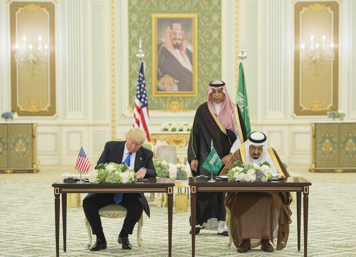 Le président des Etats-Unis, Donald Trump, et le roi d'Arabie saoudite,Salman bin Abdulaziz Al Saud, signe des contrats, à Riyad (Arabie saoudite), le 20 mai 2017. (BANDAR ALGALOUD / SAUDI ROYAL CO / AFP)
