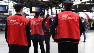 """Des """"gilets rouges"""" présents en gare Saint-Lazare de Paris lors d'une journée de grève à la SNCF, mardi 24 avril 2018. (BERTRAND GUAY / AFP)"""