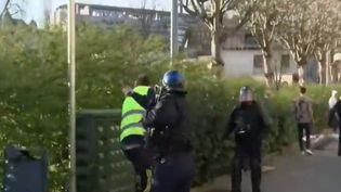 """Lors d'une manifestation des """"gilets jaunes"""", samedi 30 mars à Besançon (Doubs), un manifestant a reçu un coup de matraque à la tête de la part d'un policier. Une enquête a été ouverte. (FRANCE 2)"""