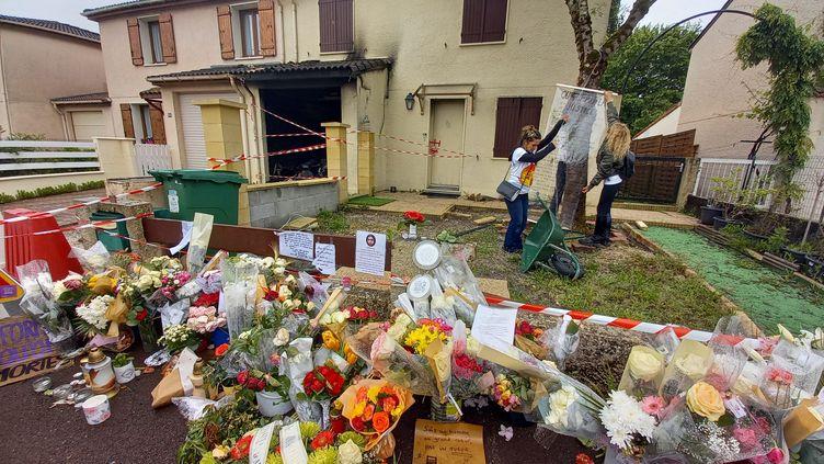 Des fleurs sont déposées devant la maison de Chahinez Daoud le 13 mai 2021 à Mérignac (Gironde), lors d'un hommage à cette mère de famille tuée par son mari. (LISA GUYENNE / RADIO FRANCE)