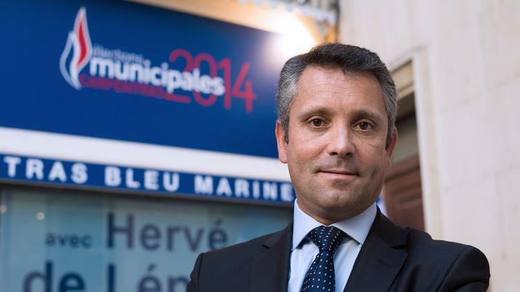 Avec 34,4% des voix, le candidat FN à Carpentras (Vaucluse), Hervé de Lépinau, sera opposé aux candidats PS et UMP lors d'une triangulaire au second tour. (BERTRAND LANGLOIS / AFP)