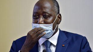 Le Premier ministre ivoirien Amadou Gon Coulibaly, arborant un masque, le 2 juillet 2020 à son arrivée à l'aéroport d'Abidjan, la capitale ivoirienne, après avoir séjourné deux mois en France pourraisons de santé. (SIA KAMBOU / AFP)