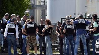 Des dizaines de policiers ont également été dépêchés sur place, notamment pour sécuriser le site où a été perpétré l'attentat. (PHILIPPE DESMAZES / AFP)