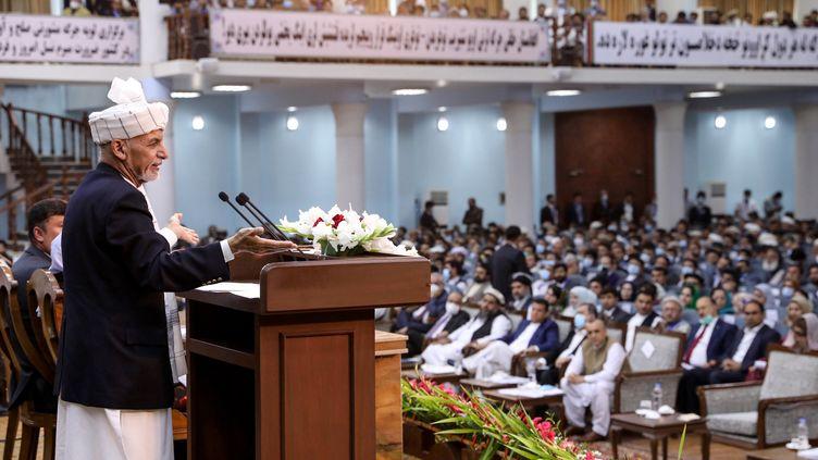Le président afghan, Ashraf Ghani, le 7 août 2020, devant la jirga, l'assemblée des dignitaires afghans, à Kaboul. (PRESS OFFICE OF PRESIDENT OF AFGHANISTAN / AFP)