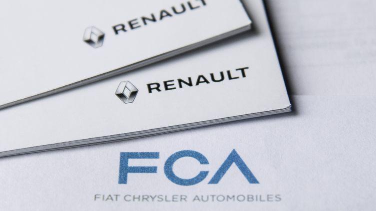 Les logos de Renault et deFiat Chrysler Automobiles, en pleine discussion pour une possible fusion, le 27 mai 2019. (MARCO BERTORELLO / AFP)