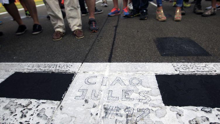 Une inscription en hommage au pilote français Jules Bianchi, le 26 juillet 2015 lors du Grand Prix de Hongrie, près de Budapest. (BERNADETT SZABO / REUTERS )