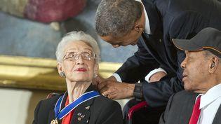 Barack Obama remet la médaille de la liberté à la mathématicienne Katherine Johnson, le 24 novembre 2015 à Washington (Etats-Unis). (RON SACHS / DPA / AFP)