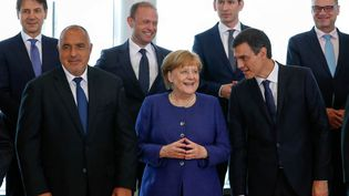 En haut, à gauche, le Premier ministre italien Giuseppe Conte, au centre, Angela Merkel. (YVES HERMAN / AFP)