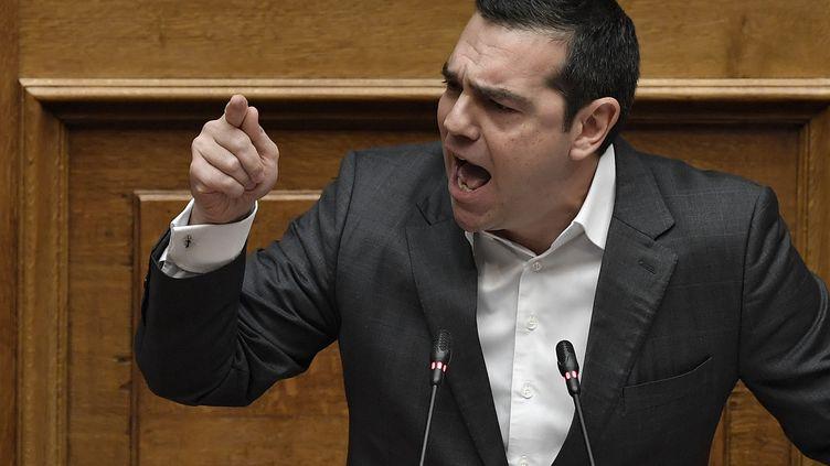 Le Premier ministre grec Alexis Tsipras, au Parlement à Athènes, le 15 janvier 2019 pendant le débat sur le changement de nom de son voisin macédonien. (LOUISA GOULIAMAKI / AFP)