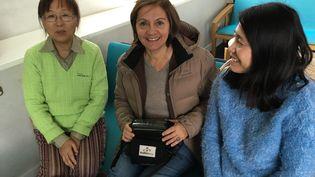 La journaliste Dominique André, correspondante en Chine pour franceinfo, entourée de Mme Ye et de Mme Zhu. (Dominique André)