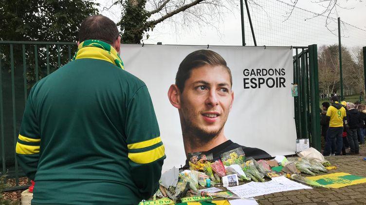 Un supporterdu FC Nantes rendant hommage à Emiliano Sala, le 24 janvier. (SOIZIC BOUR / FRANCE-BLEU LOIRE OCÉAN)