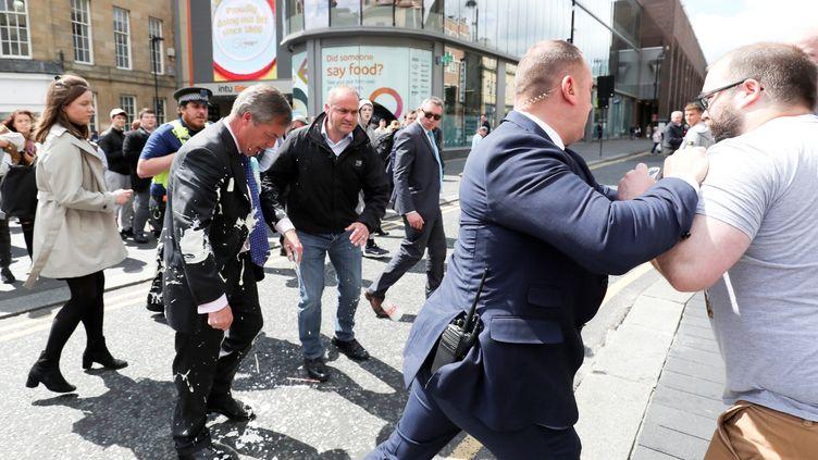 Le leader du Parti du Brexit, Nigel Farage, a été visé par un lancer de milk-shake lors de son arrivée à un rassemblement à Newcastle (Royaume-Uni), lundi 20 mai 2019. (SCOTT HEPPELL / REUTERS)