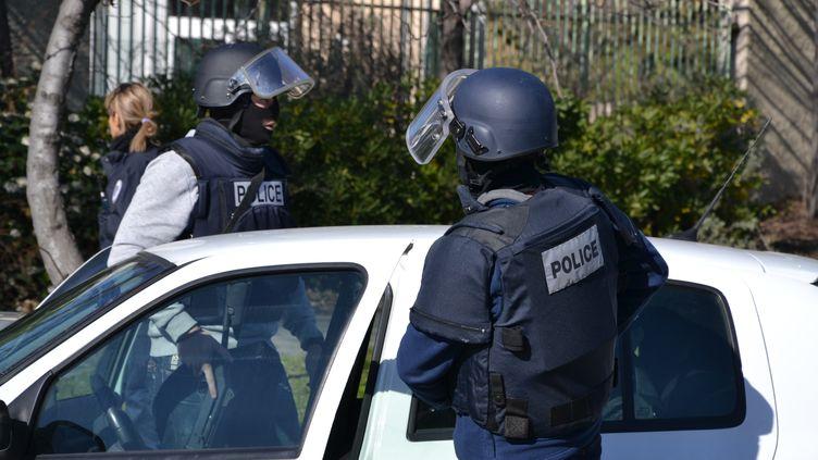La police intervient dans la cité de la Castellane, à Marseille (Bouches-du-Rhône), le 9 février 2015. (GERARD BOTTINO / CITIZENSIDE / AFP)