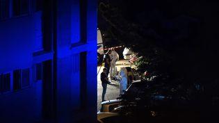 La police scientifique enquête après une fusillade meurtrière à Marseille le 25 juin 2016. (BERTRAND LANGLOIS / AFP)