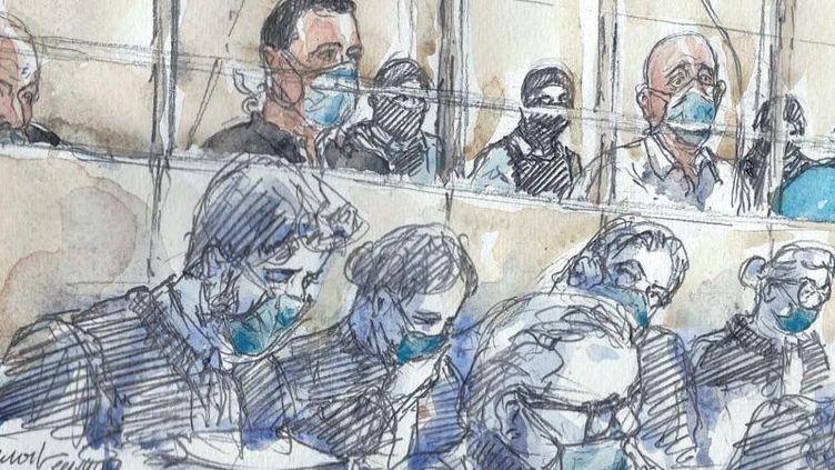 Les accusés dans le box et leurs avocats au premier jour du procès des attentats de janvier 2015 devant la cour d'assises spéciale de Paris, le 2 septembre 2020. (ELISABETH DE POURQUERY / FRANCEINFO)