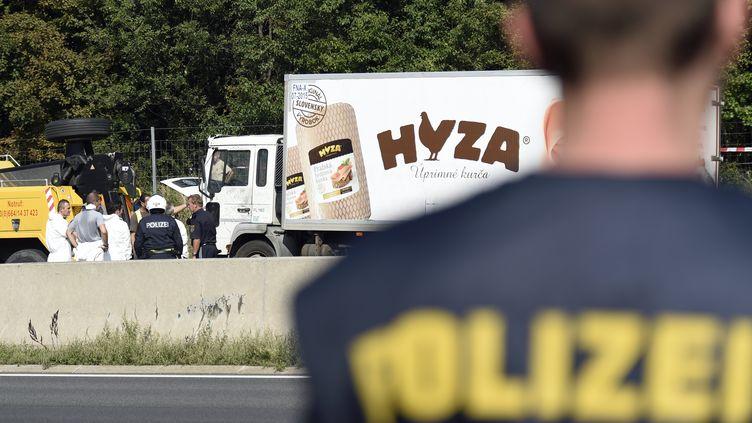 Le camion dans lequel ont été retrouvés les corps de 71 migrants, le long de l'autoroute A4 en Autriche, le 27 août 2015. (HERBERT P. OCZERET / APA / AFP)