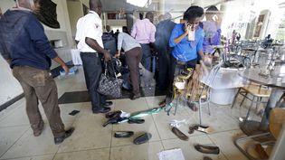 Lesétudiants cherchent leurs affaires dispersées lors d'un exercice de sécurité à l'Université Strathmore à Nairobi (Kenya), le 30 novembre 2015. (THOMAS MUKOYA / REUTERS)
