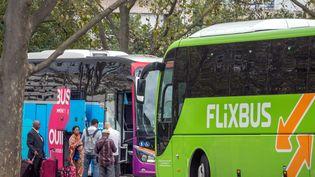 Des bus de la compagnie Flixbus et Ouibus, à la gare routière Porte Maillot à Paris, le 16 septembre 2016. (MAXPPP)