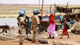 Le 24 juillet 2019, à Gao (Mali), des casques bleus sénégalais patrouillent au lendemain d'une attaque suicide contre la base française sur place. (SOULEYMANE AG ANARA / AFP)