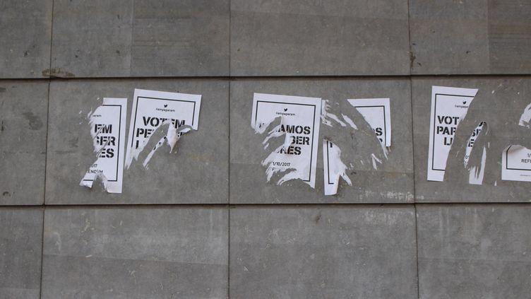 Des affiches pro-référendum arrachées, dans les rues deL'Hospitalet de Llobregat, mercredi 27 septembre. (ROBIN PRUDENT / FRANCEINFO)