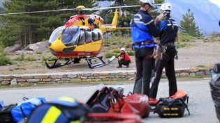 Des gendarmes de haute montagne partent à la recherche de victimes d'une coulée de boue survenuesur le GR20 (Haute-Corse), le 10 juin 2015. (PASCAL POCHARD-CASABIANCA / AFP)