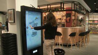 Où et comment ferons-nous nos courses demain ? Nos habitudes de consommation ont déjà bien changé. La journaliste de France 2 Justine Weyl a testé le supermarché du futur, qui vient tout juste d'ouvrir à Paris. (FRANCE 2)
