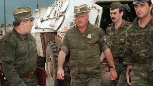 Ratko Mladic (au centre), le 10 août 1993, à Sarajevo (Bosnie-Herzégovine). (GABRIEL BOUYS / AFP)