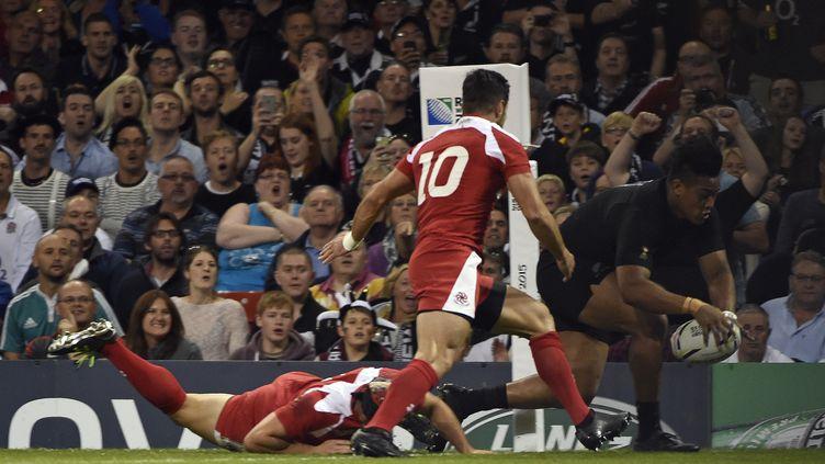 Julian Savea marque en coin pour la Nouvelle-Zélande (LOIC VENANCE / AFP)