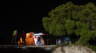 Les secouristes à leur camp de base de recherches, après la découverte du corps de Simon Gautier, à Belvedere di Ciolandrea, dans le sud de l'Italie le 18 août 2019. (ELIANO IMPERATO / AFP)