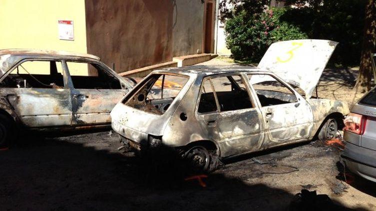 Deux des voitures incendiées le 4 septembre 2013 à Lavaur (Tarn). (CHRISTIAN BESTARD / FRANCE 3 MIDI-PYRENEES)