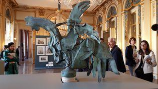 Le coq miraculé de Notre-Dame de Paris, exposé aux visiteurs du ministère de la cultureà l'occasion des Journées du patrimoine. (ANNE CHÉPEAU / RADIO FRANCE)