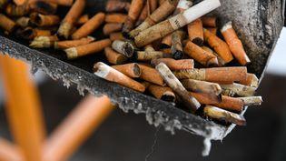 Les mégots de cigarettes mettent plus de 10 ans à se dégrader dans la nature, sans compter les produits toxiques qu'ils contiennent. (FRED TANNEAU / AFP)