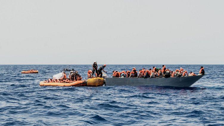 Un bateau de migrants est secouru en mer Méditerranée, le 4 juillet 2021. (EYEPRESS NEWS / AFP)