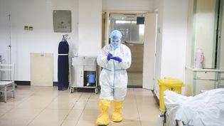 Dans une unité de soins intensifs à l'hôpital Three Gorges, à Wanzhou, en Chine, le 2 février 2020. (WANG QUANCHAO / XINHUA / AFP)
