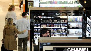 Les marques de cosmétiques Dior et Chanel (ici,à Nantes) sont classées à droite, selon l'étude. (ALAIN LE BOT / PHOTONONSTOP / AFP)
