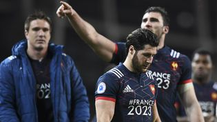 Des joueurs du XV de France dépités après leur défaite en Irlande, le 25 février 2017, lors du Tournoi des six nations. (FRANCK FIFE / AFP)