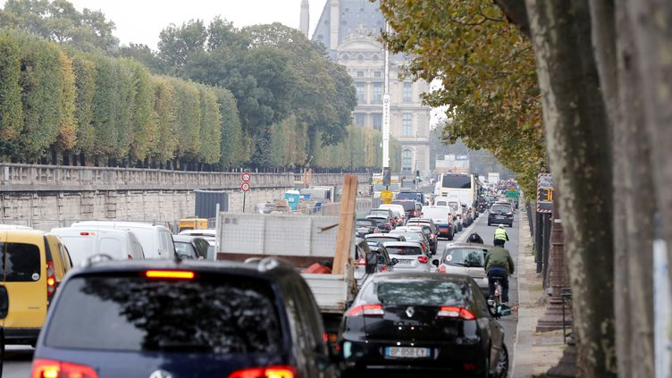 Des voitures à Paris, le13 octobre2016. (FRANCOIS GUILLOT / AFP)