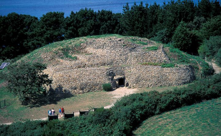 Sur la petite île de Gavrinis dans le Golfe du Morbihan le dolmen aux parois richement gravées est abrité par un amas de pierres.  (YANNICK LE GAL / ONLY FRANCE)