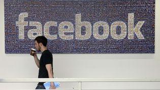 Un employé de Facebook circule dans les couloirs du siège à Menlo Park, en Californie (Etats-Unis), le 15 mars 2013. (JEFF CHIU / AP / SIPA)