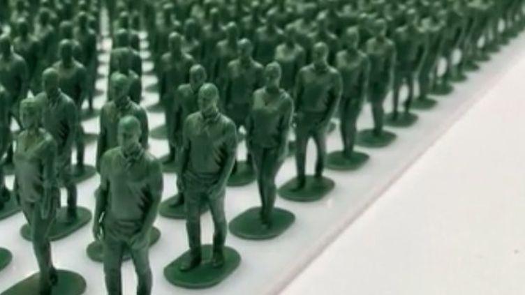 Au Royaume-Uni, des figurines installées dans un centre commercial rendent hommage aux vétérans blessés dans les combats en Irak et en Afghanistan.  (CAPTURE ECRAN / FRANCEINFO)