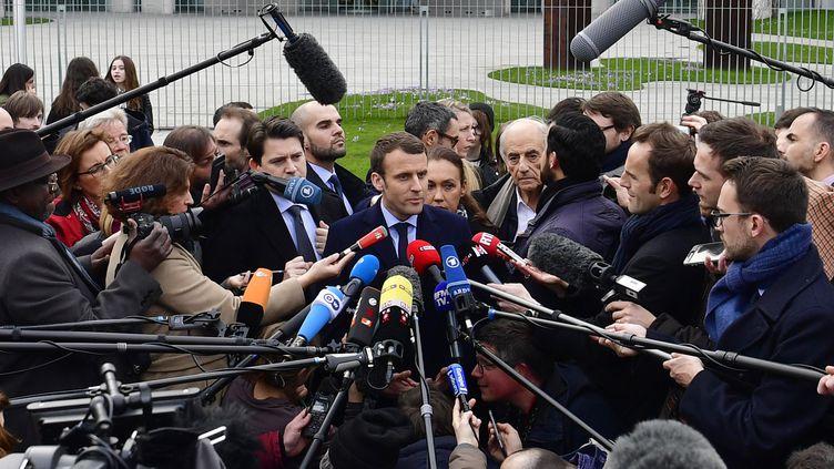 Emmanuel Macron s'exprime face aux journalistes, le mardi 16 mai 2017, à Berlin (Allemagne). (JOHN MACDOUGALL / AFP)
