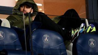 Neymar en tribune, une image régulièrement vue au Parc des Princes, comme ici le 14 mars 2021 après une blessure. (FRANCK FIFE / AFP)