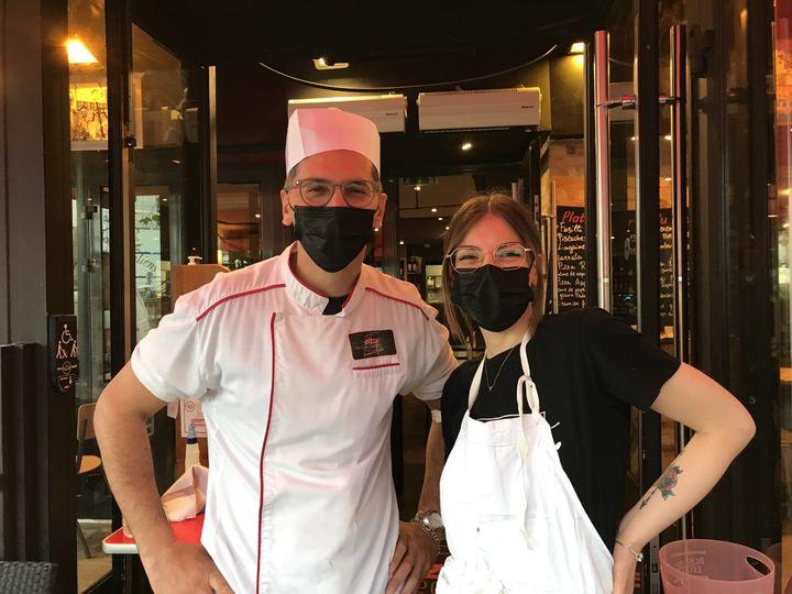 Nacer et Louise, restaurateurs dans le 14e arrondissement de Paris, le 9 août 2021, jour de l'instauration élargiedu pass sanitaire. (SOLENE LEROUX / FRANCEINFO)