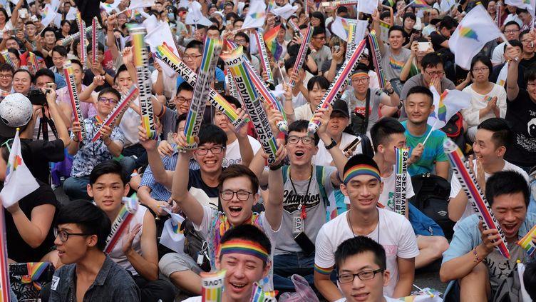 La fouleest réunie devant le Parlement de Taïwan, à Tapiei, le 24 mai 2017, pour célébrer un arrêt de justice ouvrant la voie vers la légalisation du mariage gay. (SAM YEH / AFP)